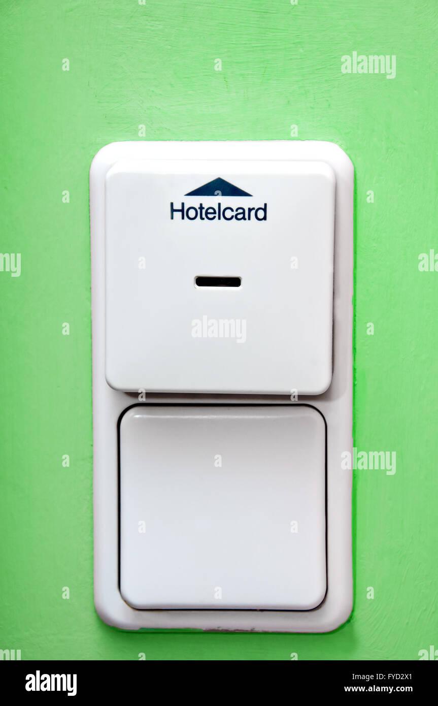 hotel-kartenhalter auf grüne wand und lichtschalter stockfoto, bild