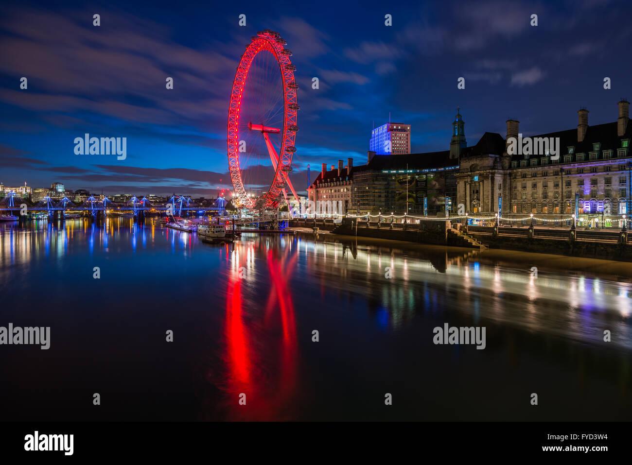 Das London Eye, Southbank, gesehen von der Westminster Bridge, London, Vereinigtes Königreich Stockbild
