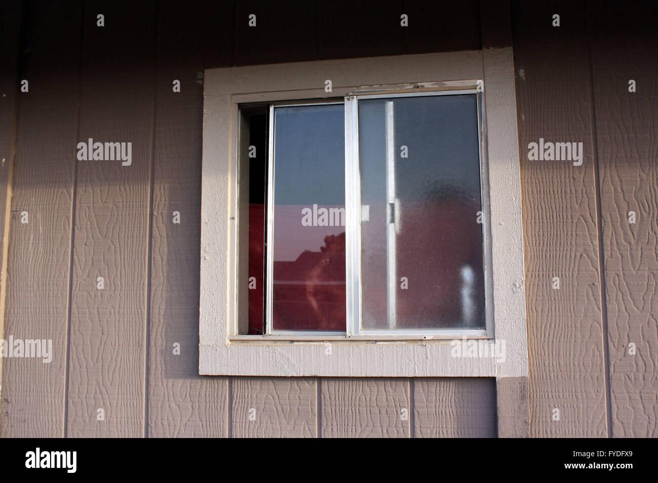 22\' quadratische Badezimmer-Fenster mit einer grauen ...