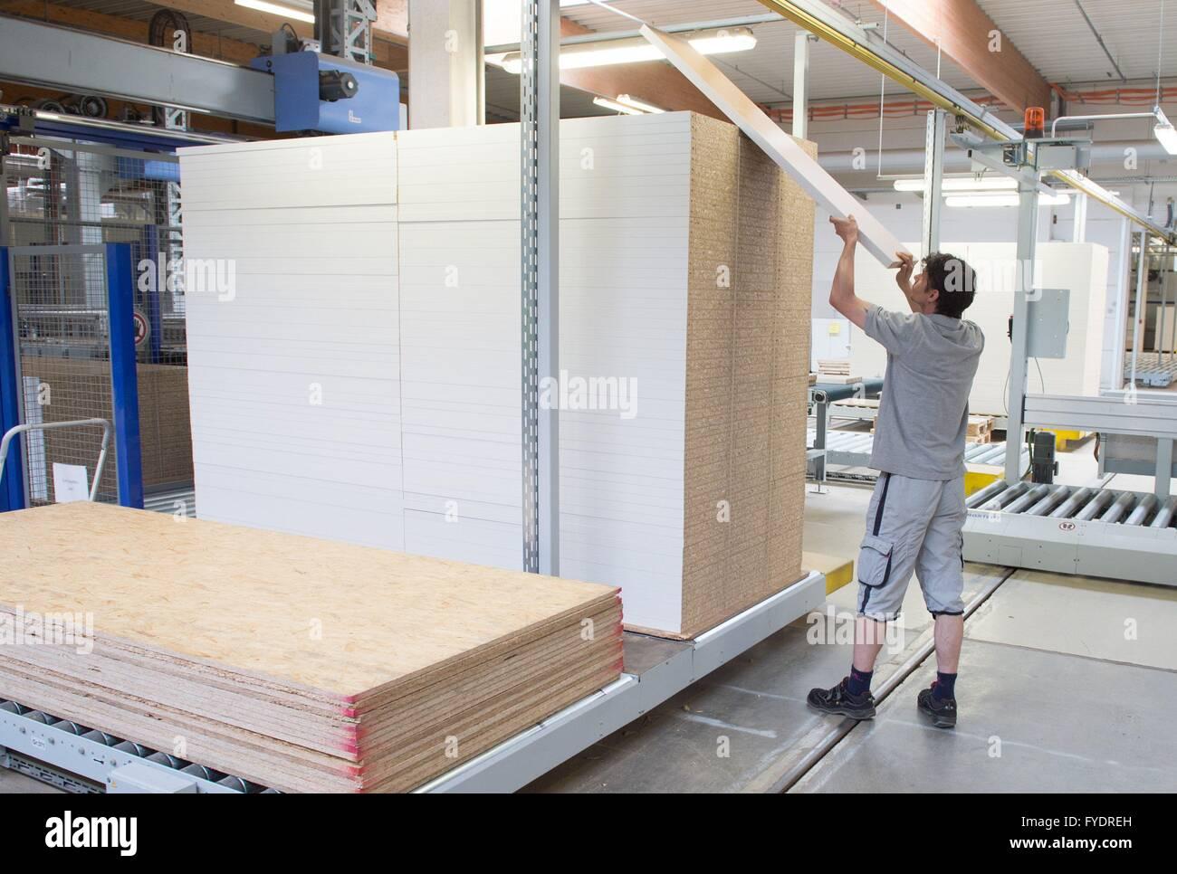 produktionsmitarbeiter sortiert holzplatten in die maja moebelwerk