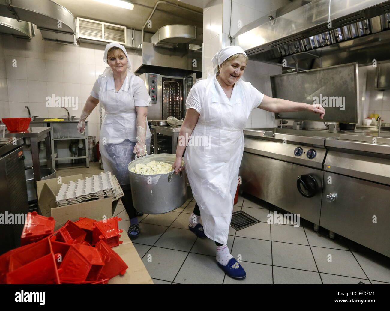 moskau russland 26 april 2016 teig vorbereiten zum backen ostern kuchen im svyato danilow. Black Bedroom Furniture Sets. Home Design Ideas