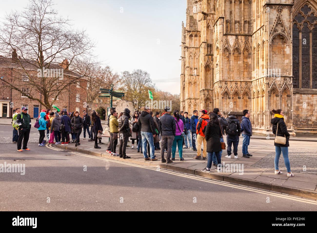 Große Gruppe von asiatischen Touristen bei York Minster, North Yorkshire, England, UK Stockbild