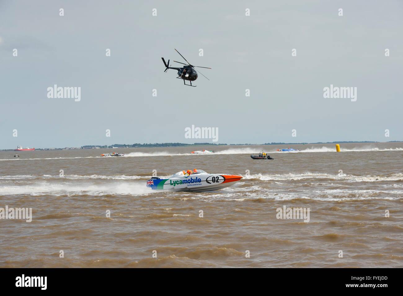 P1 Superstock Powerboat racing entlang der Humber vorbei an der Marina in der Stadt Hull, die von einem Hubschrauber Stockbild