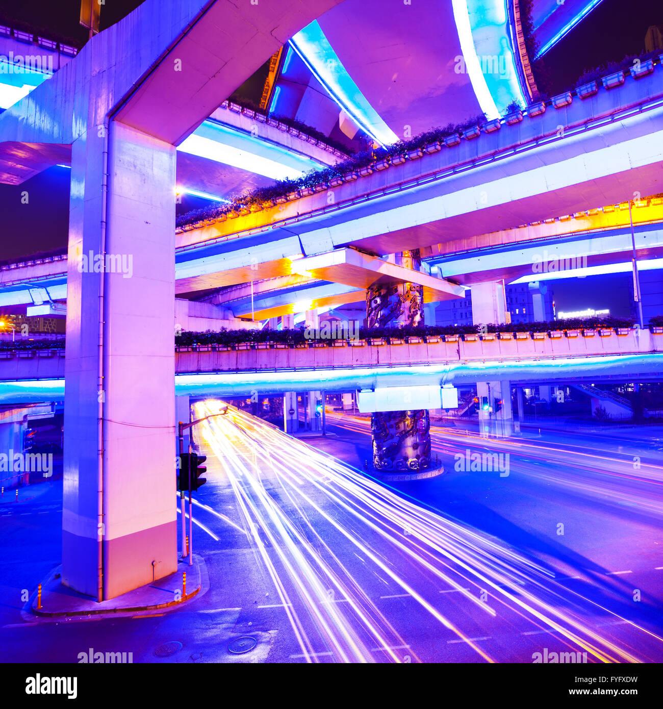 Kreuzung mit Licht in Shanghai Stockbild