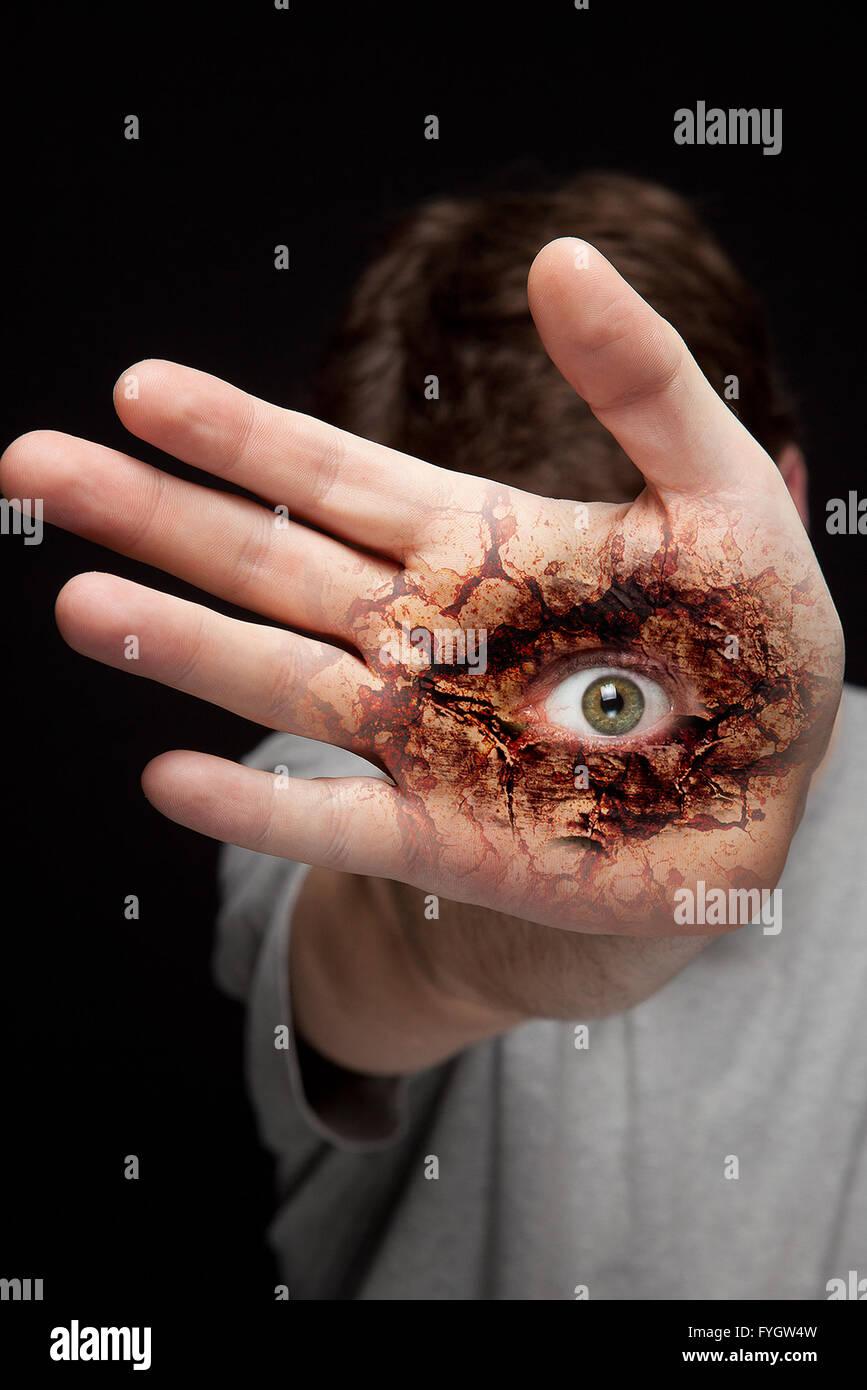 Hand mit gruseligen beängstigend Auge Stockbild