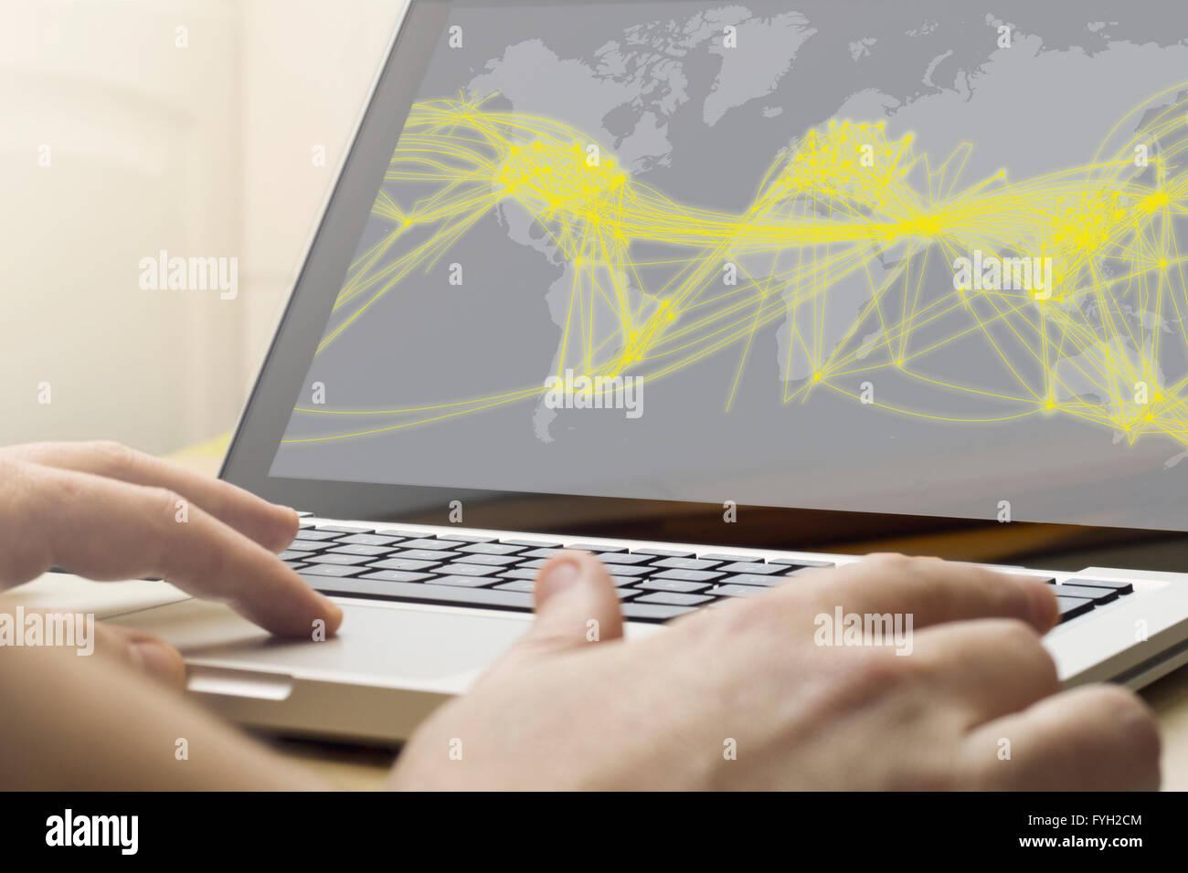 Welt-Verbindung-Konzept: Mann mit Laptop mit Weltkarte Verbindung auf dem Bildschirm Stockbild