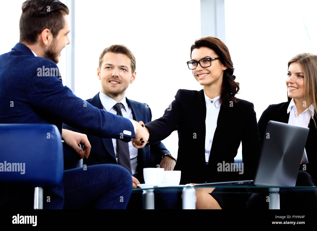Geschäftsleute, die Hände schütteln Stockbild