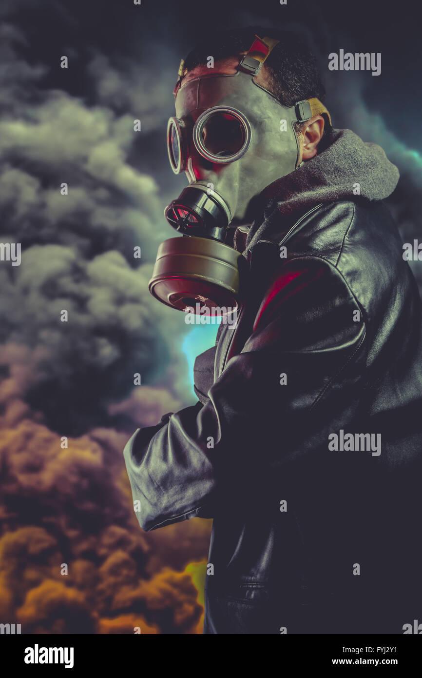Bewaffneter Mann mit Gasmaske über Explosion Hintergrund Stockbild