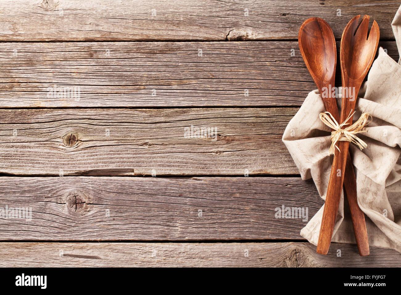 Küchengerät über Holztisch Hintergrund. Ansicht von oben mit Textfreiraum Stockbild