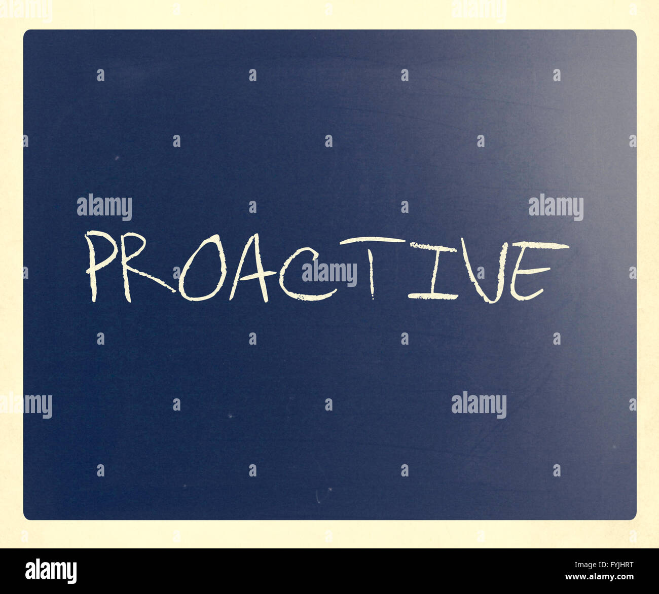 """Das Wort """"Proaktiv"""" handschriftlich mit weißer Kreide auf einer Tafel Stockbild"""