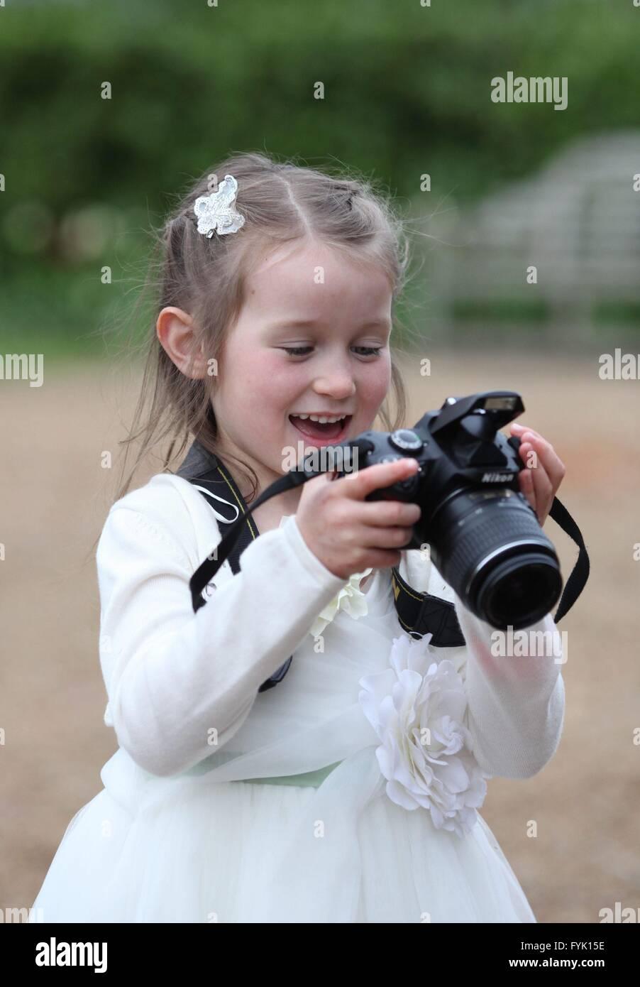 Ein kleines Mädchen trägt ein Brautjungfern Kleid auf einer Hochzeit ...