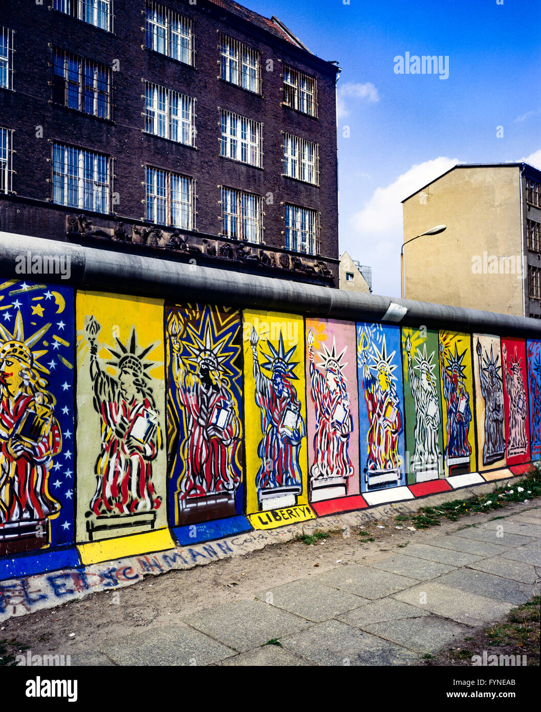 August 1986, Berliner Mauer, Freiheitsstatue Fresken, Westen, Osten Berlin Gebäude, Zimmerstraße Street, West Berlin, Stockfoto