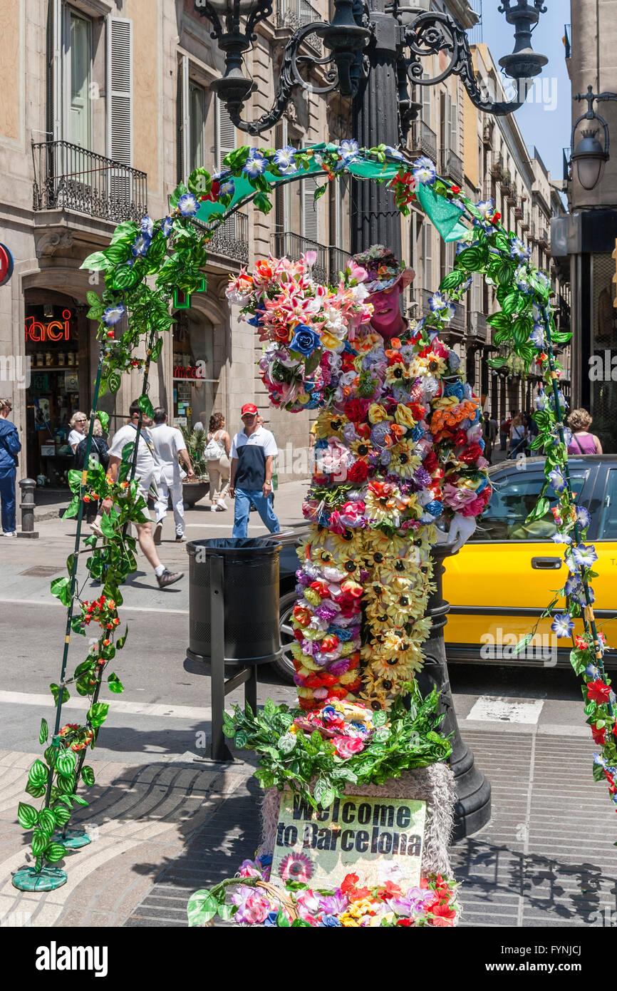 Menschliche Statue mit Blumen, La Rambla, Ramblas, Barcelona Stockbild