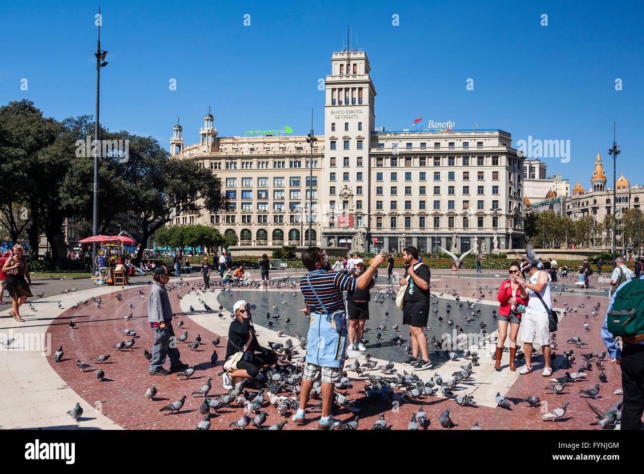 Die Plaza De Catalunya, Touristen mit Tauben, Barcelona, Spanien Stockbild