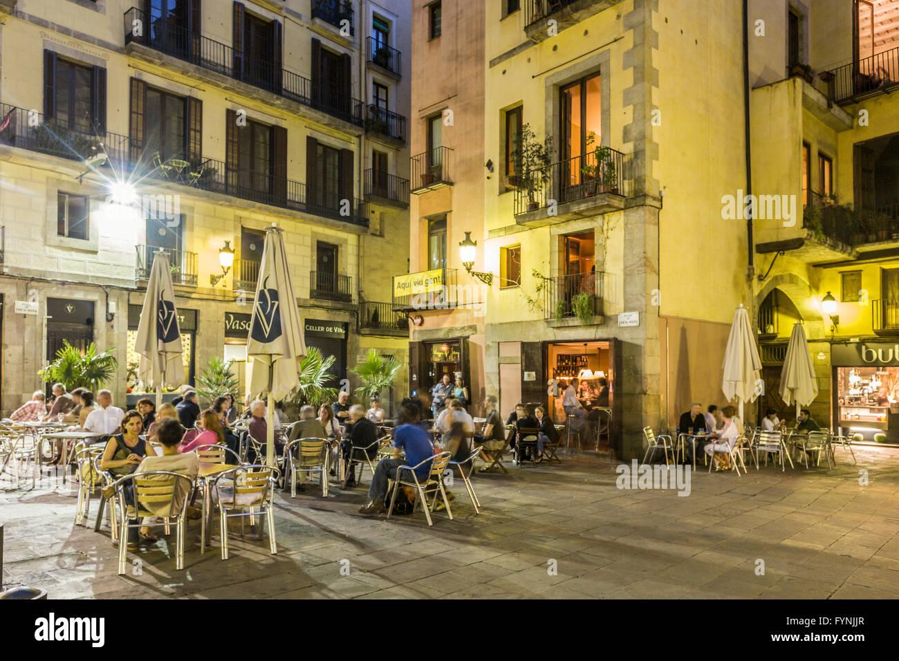 La Ribera, Plaza de Santa Maria, Straßencafés am Abend, Barcelona Stockbild
