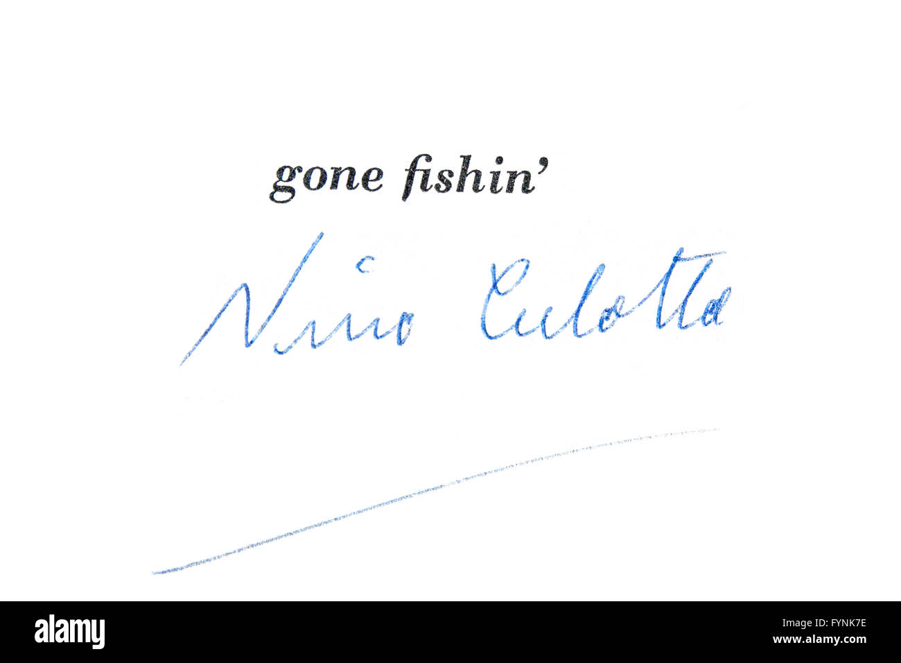 """Unterschrift des australischen Autors John O'Grady Pseudonym Nino Culotta auf dem Vorsatzblatt von """"Gone Stockbild"""