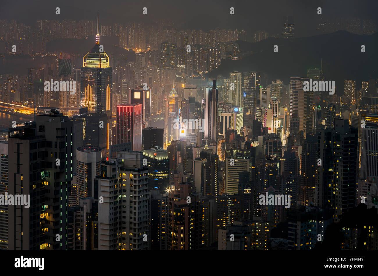 Blick auf die Wolkenkratzer in der Nacht. Die Hong Kong Skyline-Blick vom Victoria Peak. Hong Kong, China. Stockfoto