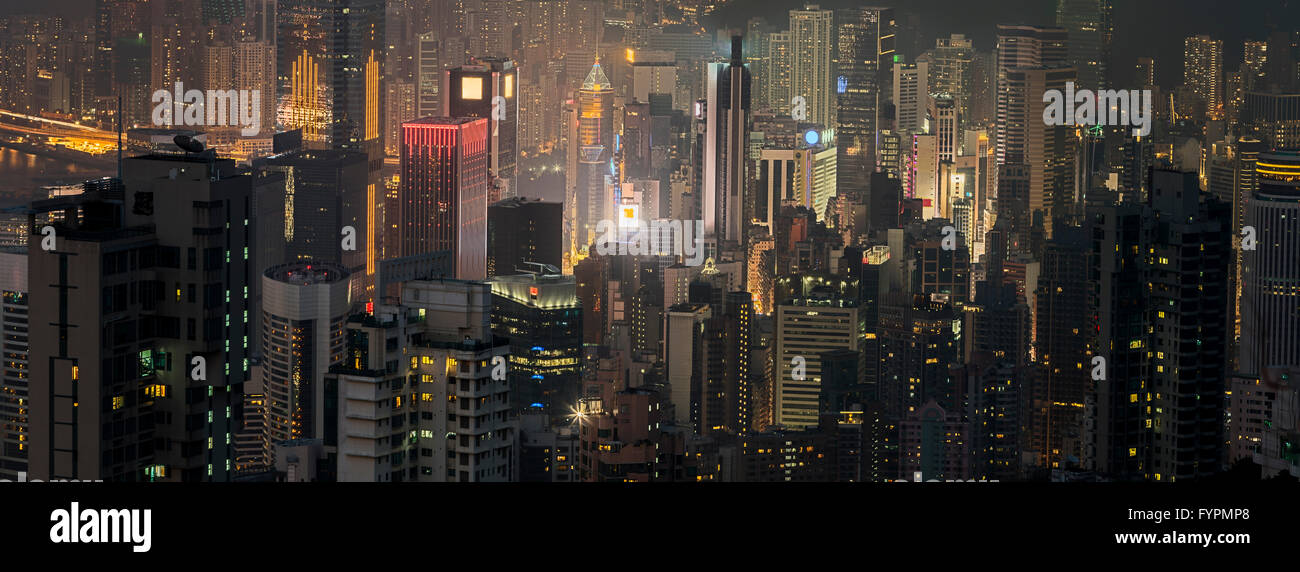 Panoramablick von Wolkenkratzern in der Nacht. Die Hong Kong Skyline-Blick vom Victoria Peak. Hong Kong, China. Stockfoto