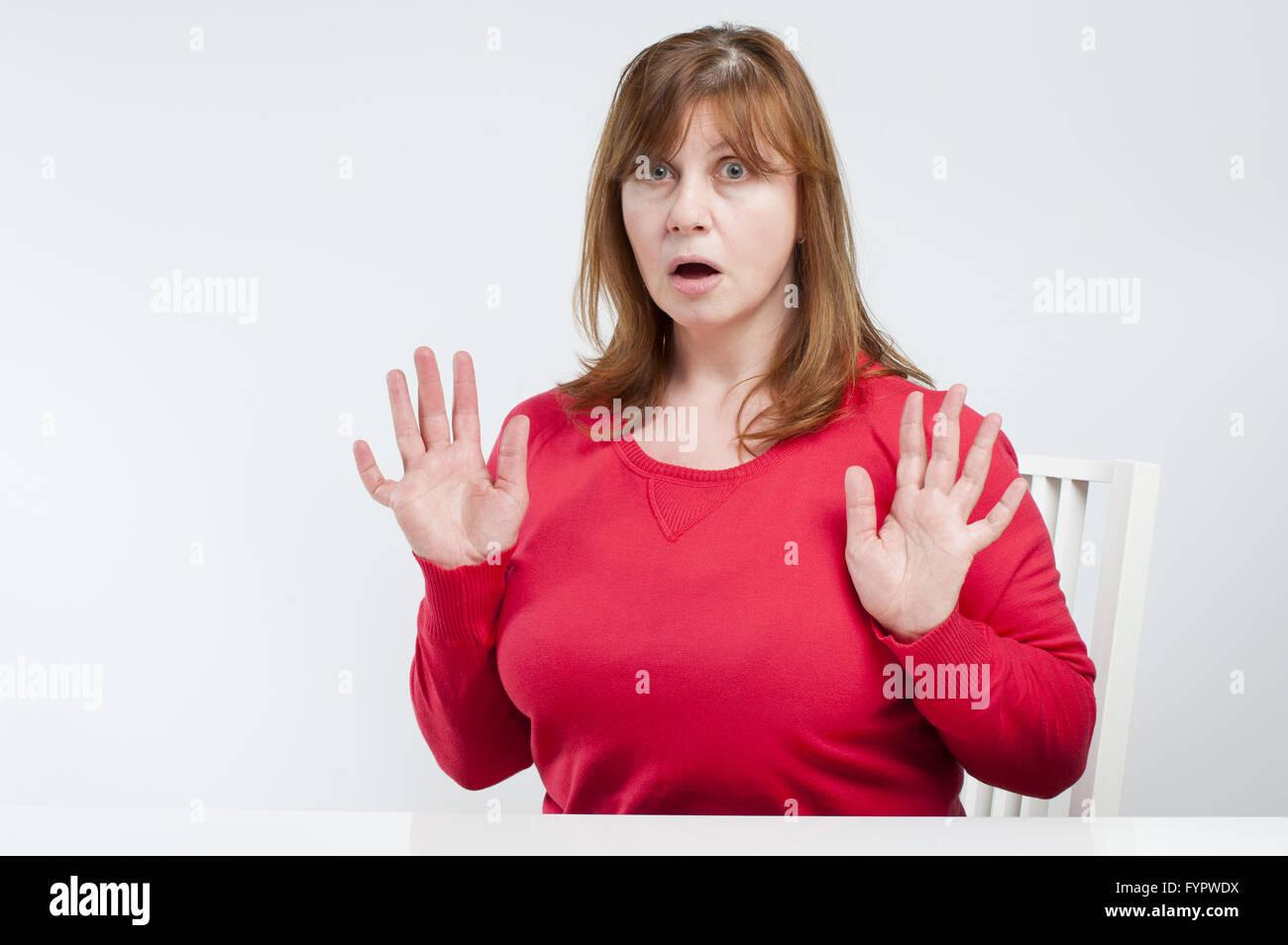 Verängstigte Frau mittleren Alters. Stockfoto