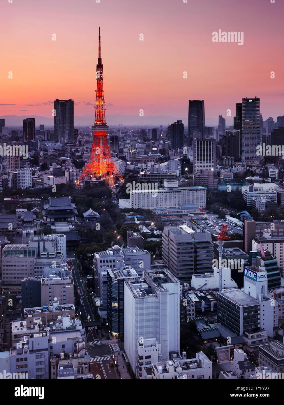 Beleuchtete Tokyo Tower bei Sonnenuntergang, Minato, Tokio, Japan Stockbild