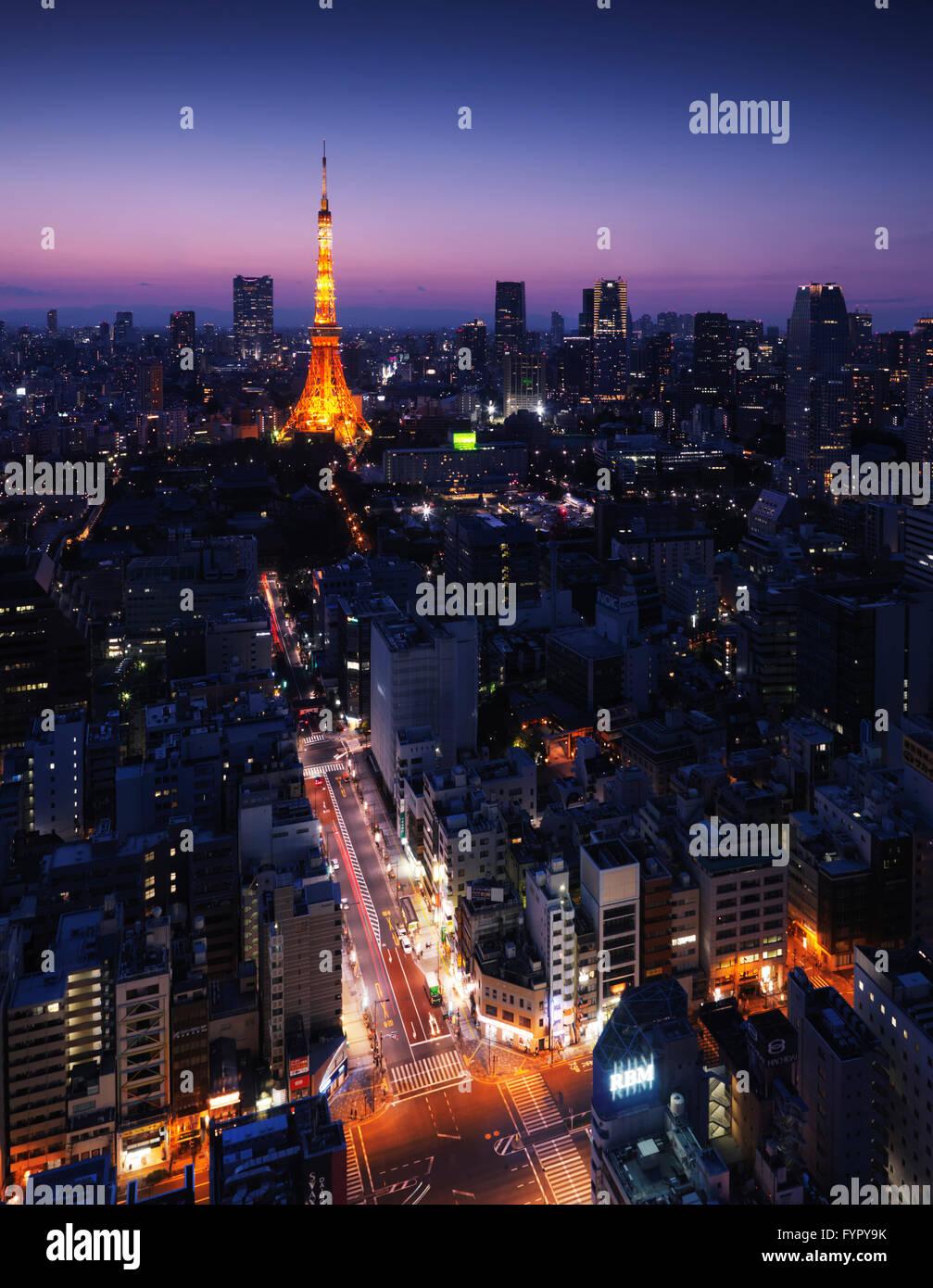 Stadtbild mit Tokyo Tower beleuchtet in der Dämmerung, Minato, Tokio, Japan Stockbild