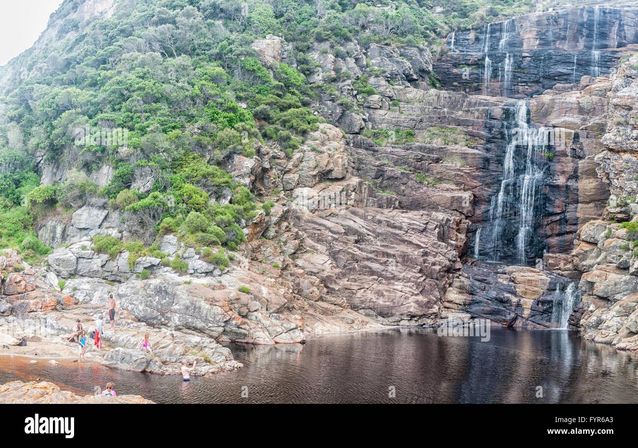 März 2016: Unidentified Touristen Am Pool Unter Dem Wasserfall