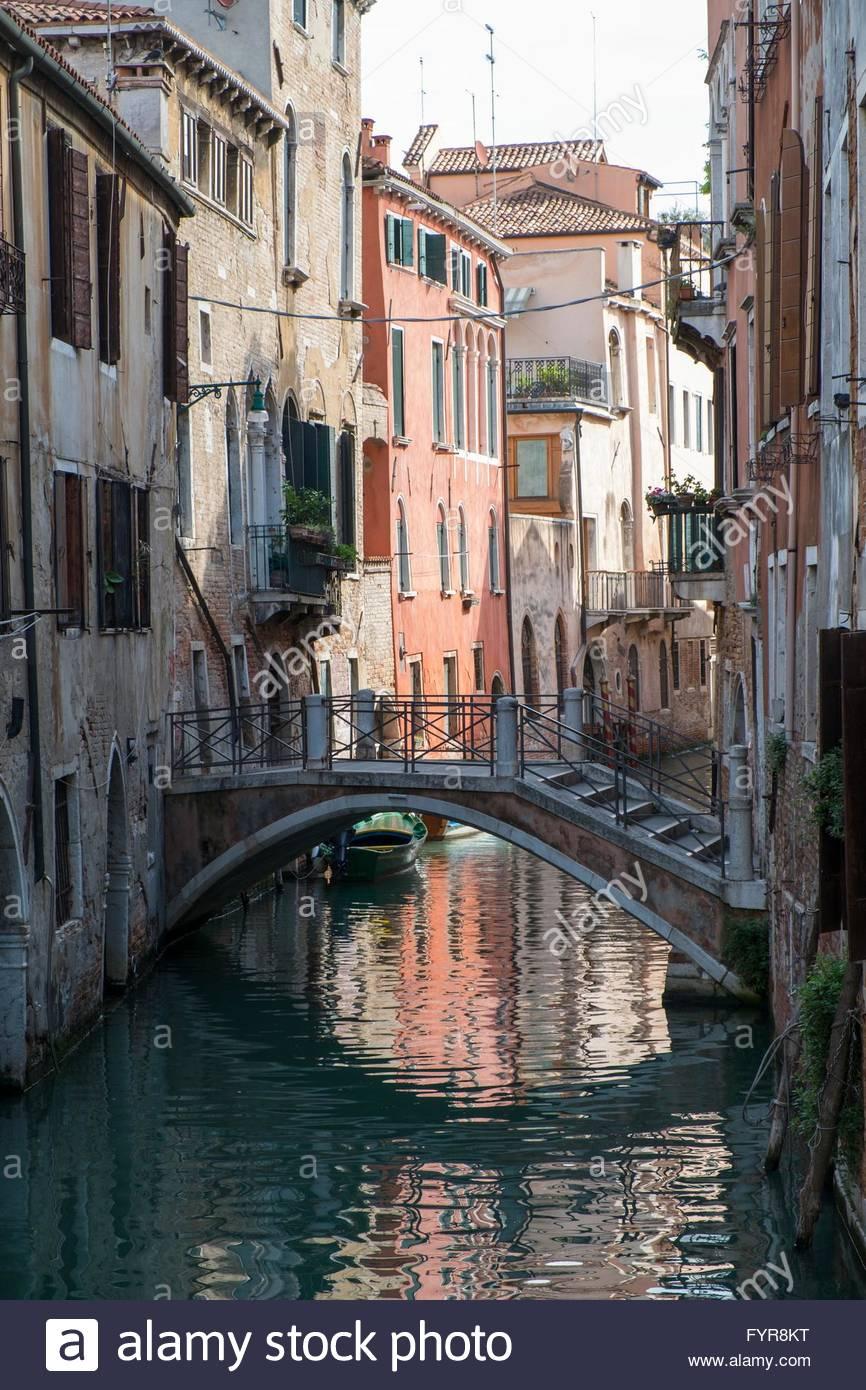 Kanal mit Fußgängerbrücke, Dorsoduro, Venedig, Italien, April Stockbild