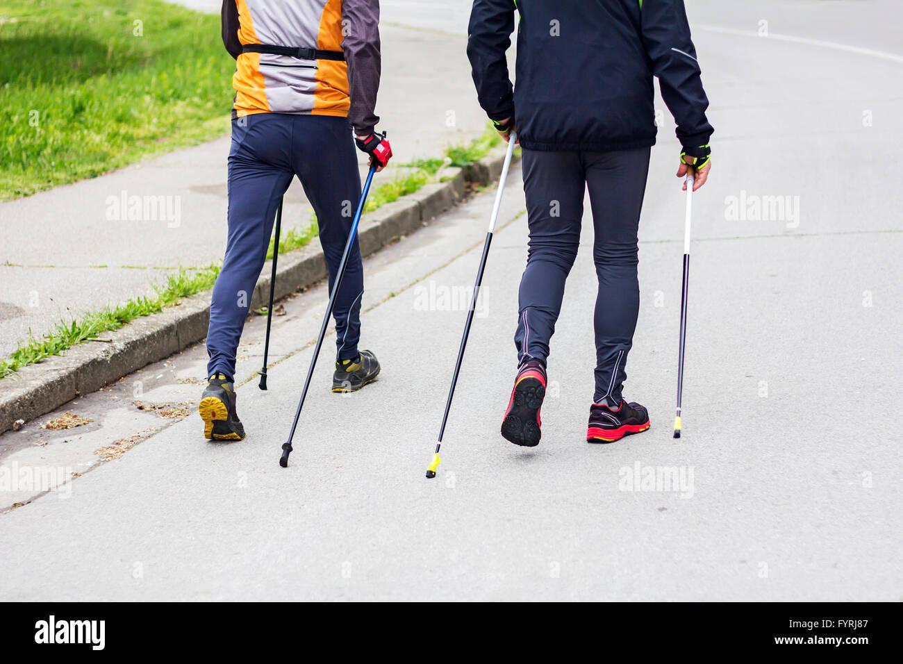 Zwei Männer nordic walking Rennen auf Stadtstraße Stockbild