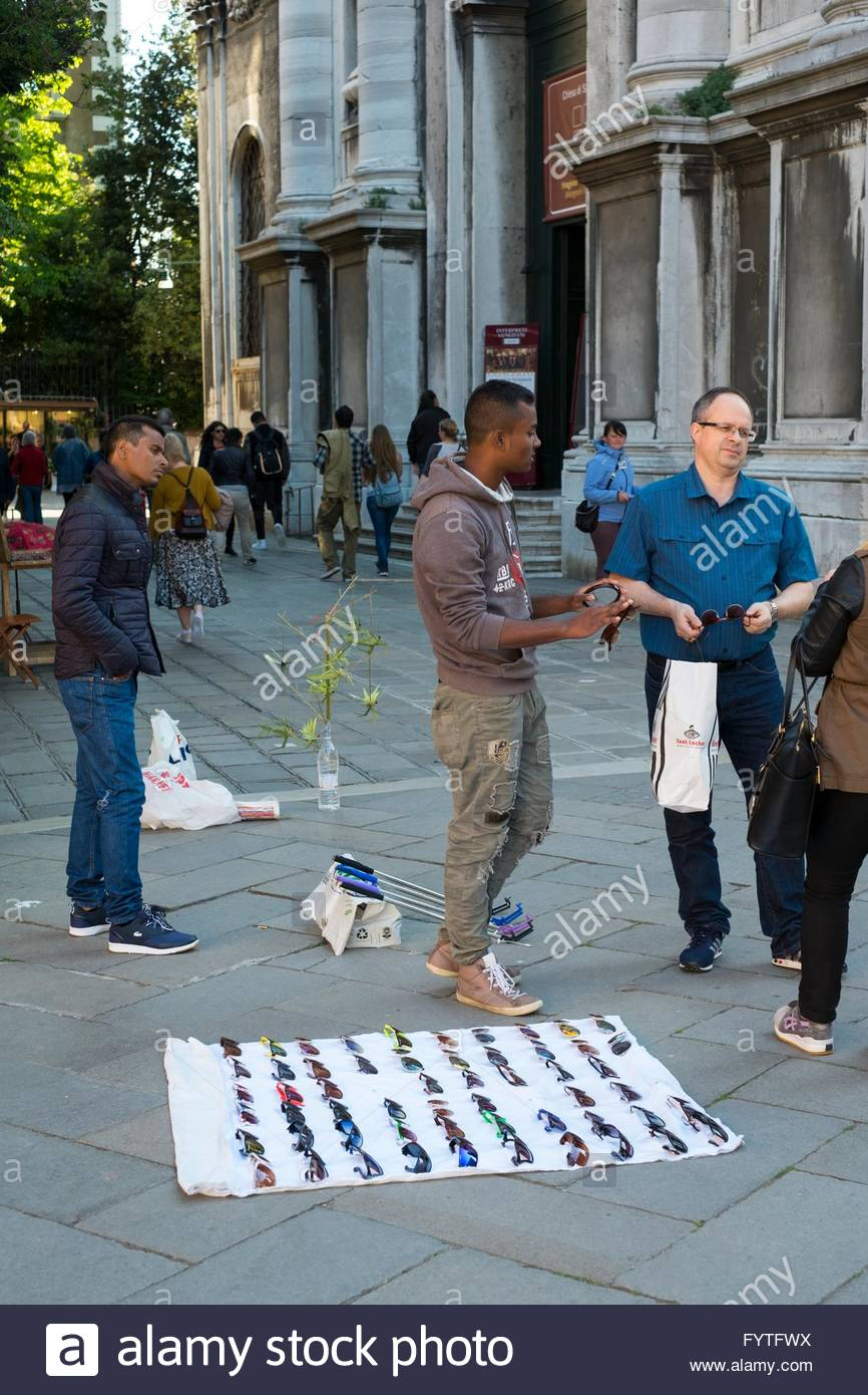 Straßenhändler verkaufen für Touristen, Venedig Italien, April, Stockbild