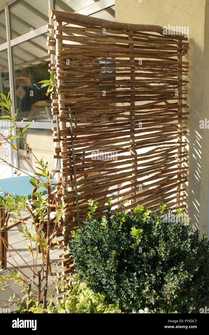 Flechtwerk mit Haselnuss-Zweige Stockfoto
