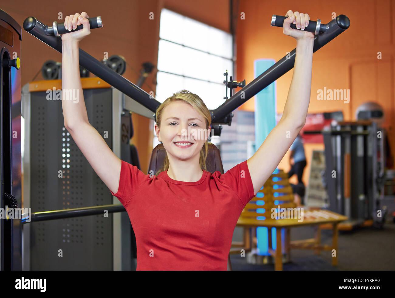 Beliebt Bevorzugt Lächelnde Frau Rücken Übungen im Fitness-Club auf einer &UT_59