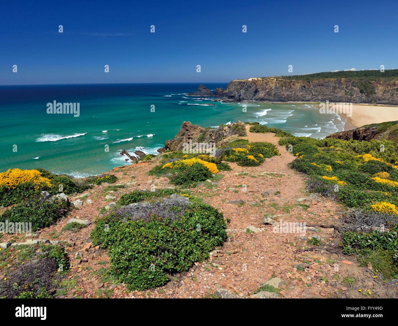 Portugal, Algarve: Blick Aufs Meer Von Klippen Mit