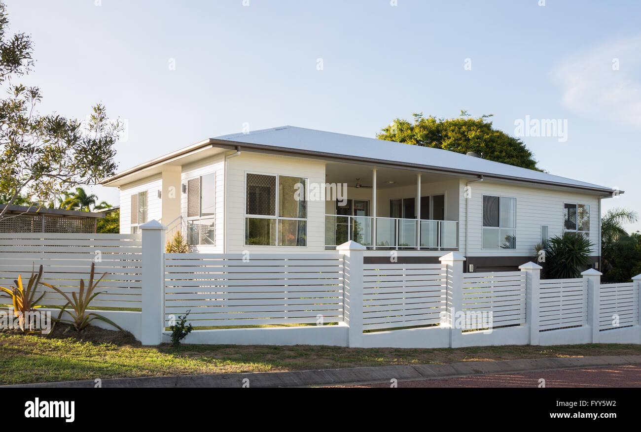 Modernes Haus Mit Beton Und Holz Paling Zaun Weisse Moderne Home