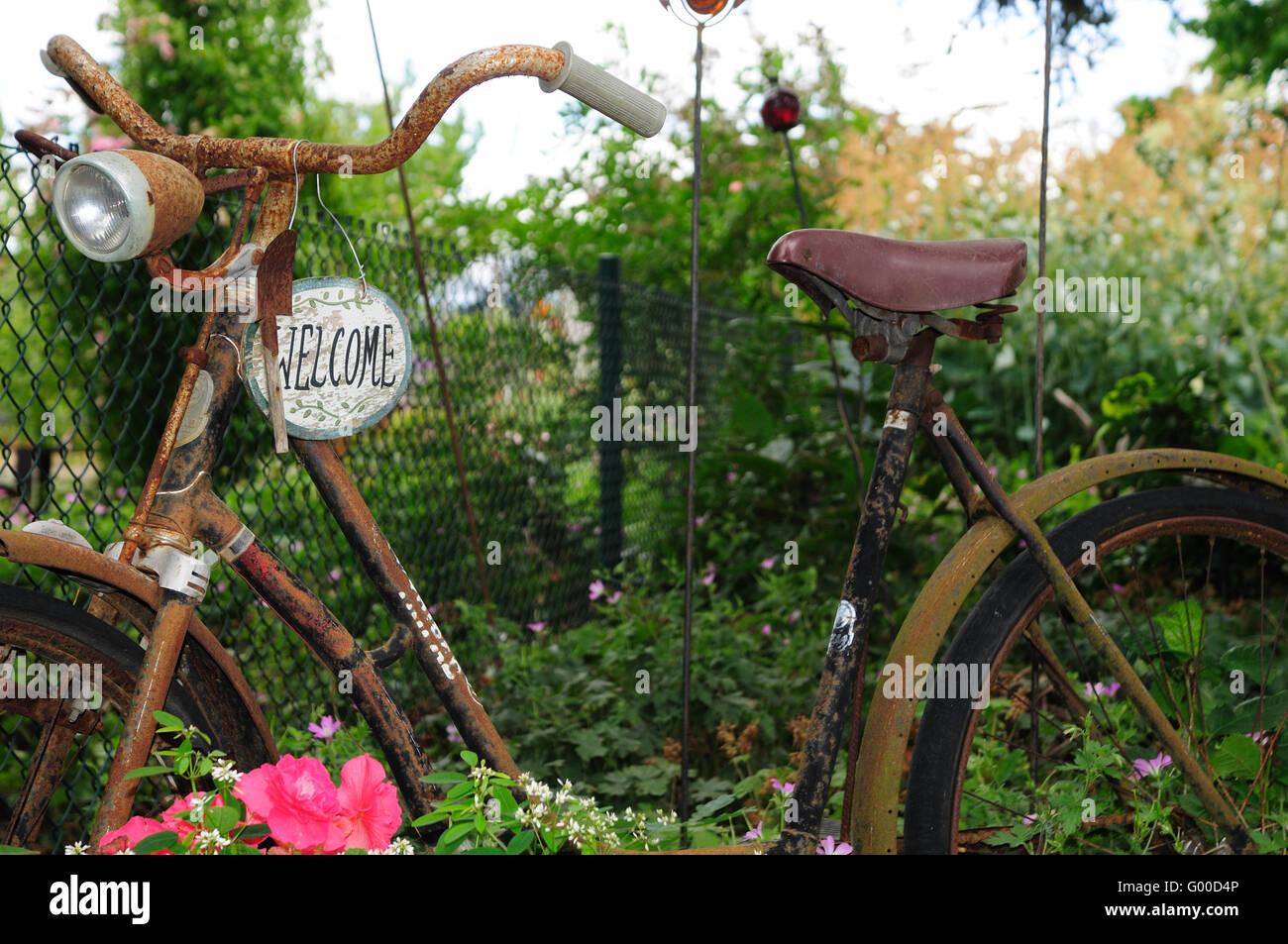 Altes fahrrad im garten stockfoto bild 103272534 alamy - Deko fahrrad garten ...
