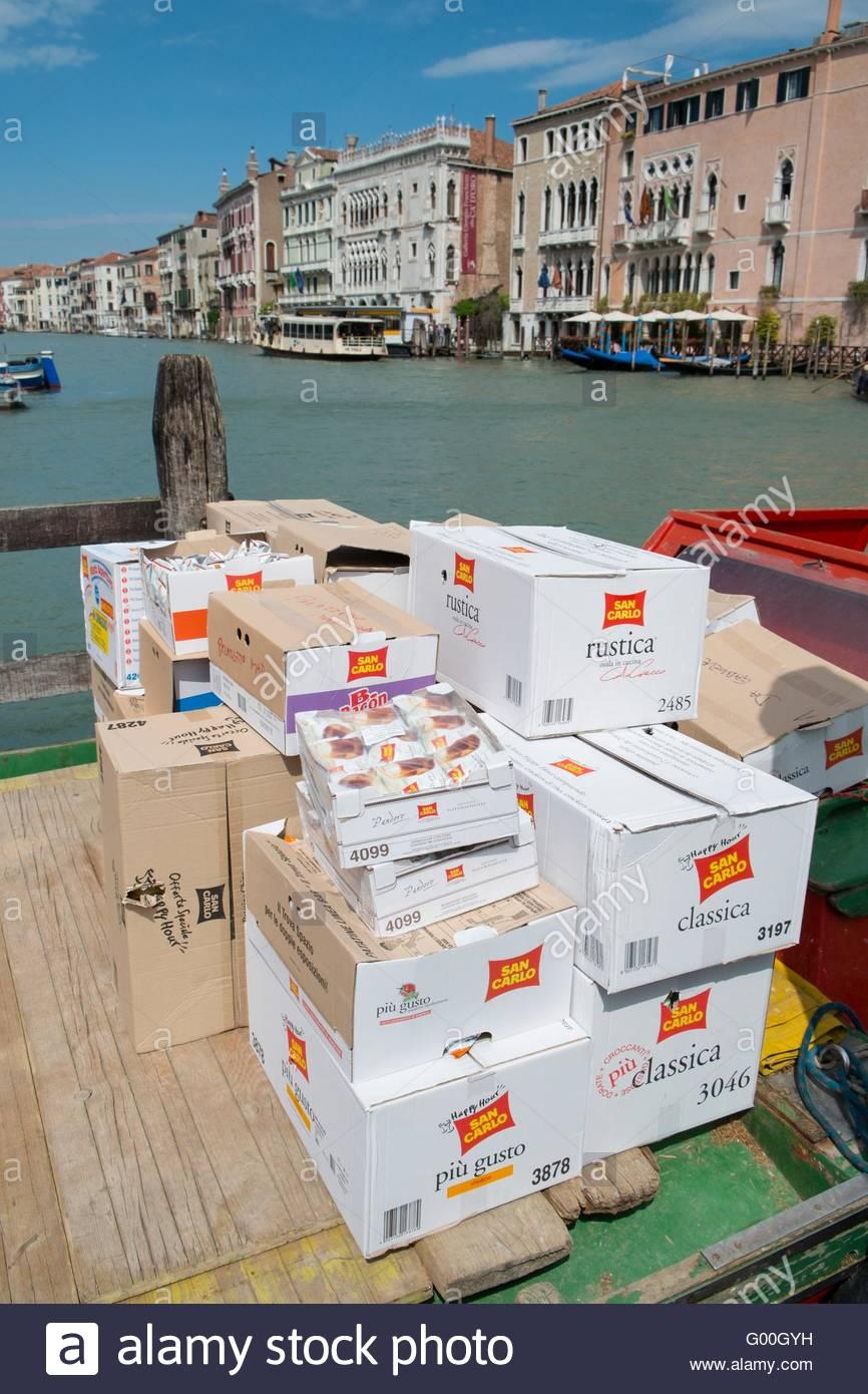 Kisten mit frischen Lebensmitteln geliefert auf Steg, Venedig, Italien, April Stockbild