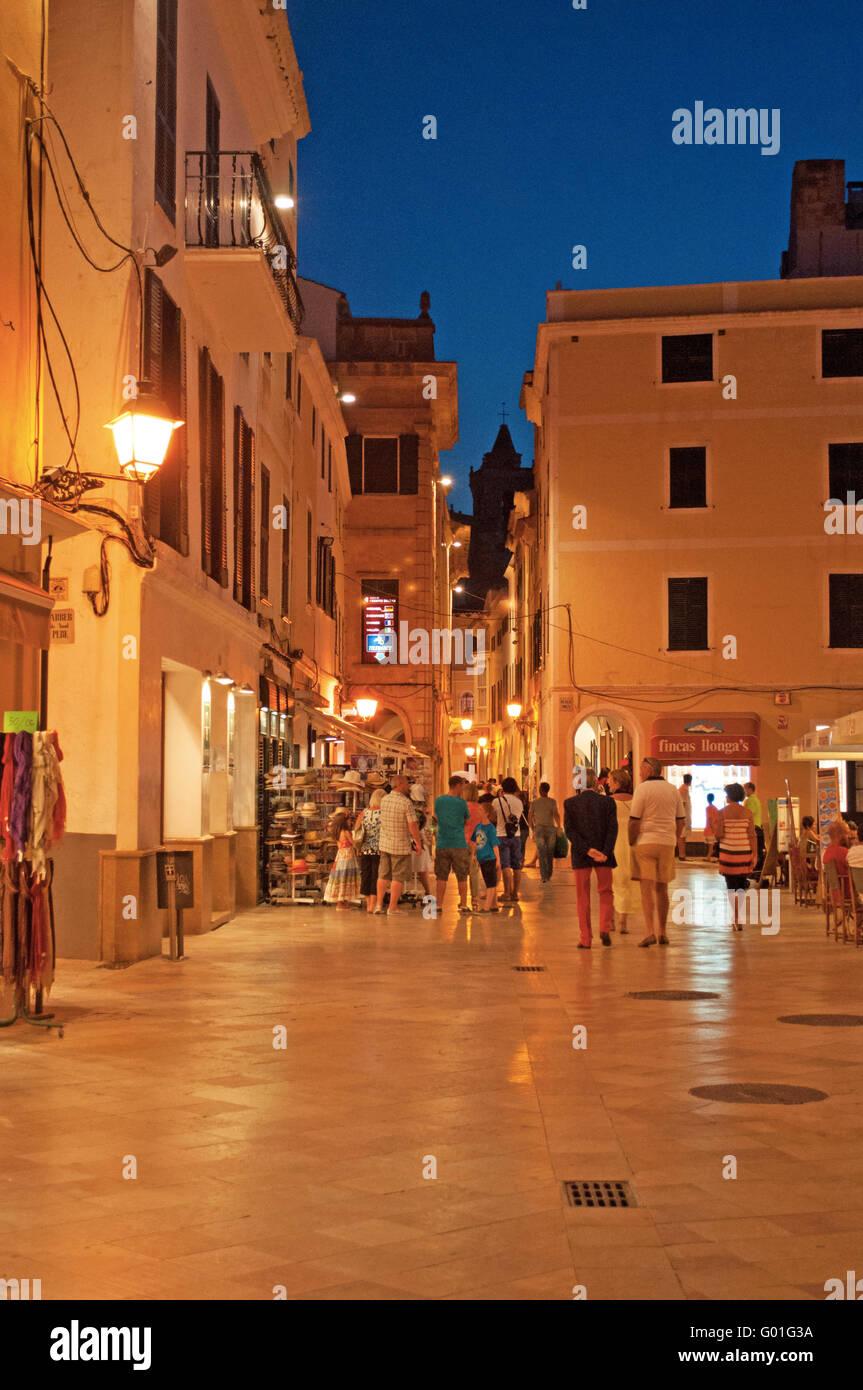 Menorca, Balearen, Spanien, Europa: Paläste in den Straßen von Ciutadella nach Sonnenuntergang, Nachtaufnahme Stockbild
