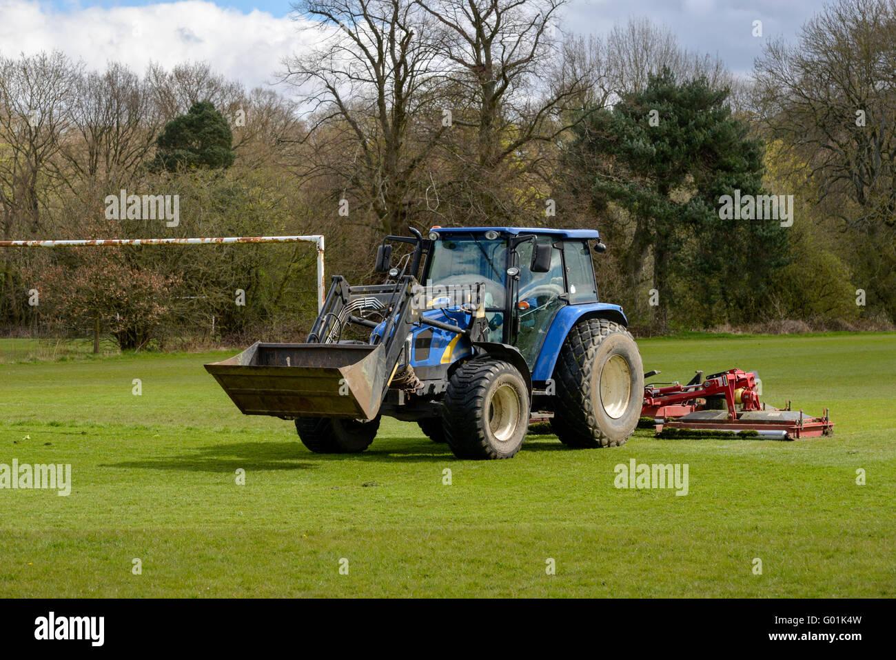 Traktor Rasenmahen Auf Einem Fussballplatz In Einem