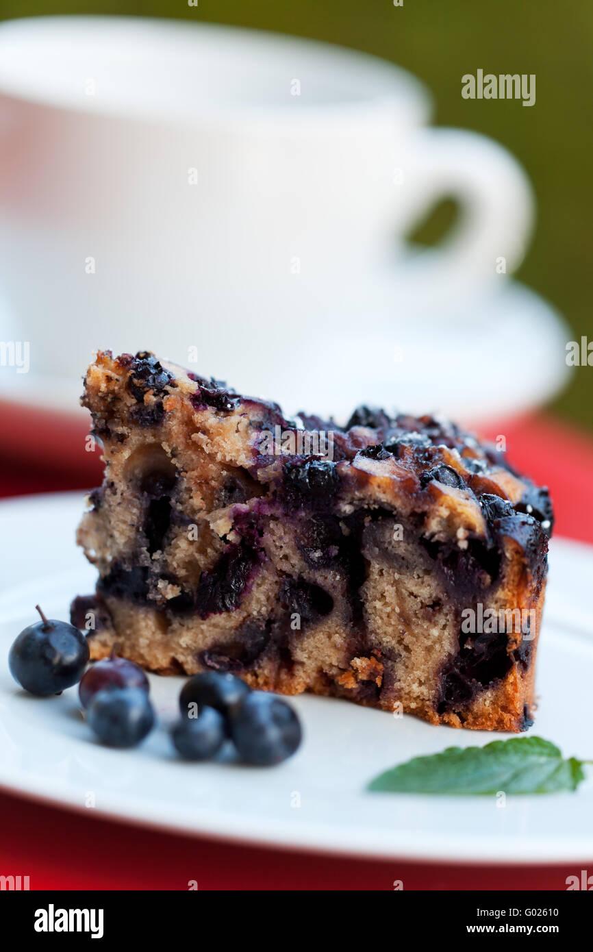 Heidelbeer-Kuchen auf einer quadratischen Platte Stockbild