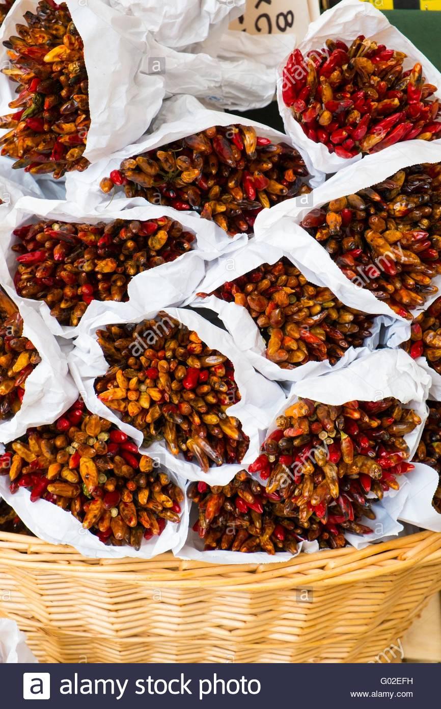 Trauben von getrockneten Chilischoten zu verkaufen, Venedig, Italien, April Stockbild