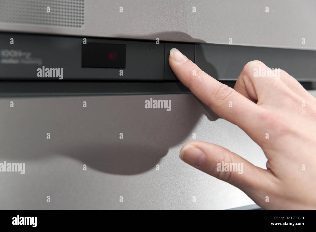 Hand mit gestrecktem Zeigefinger schaltet aus e Stockfoto, Bild ...