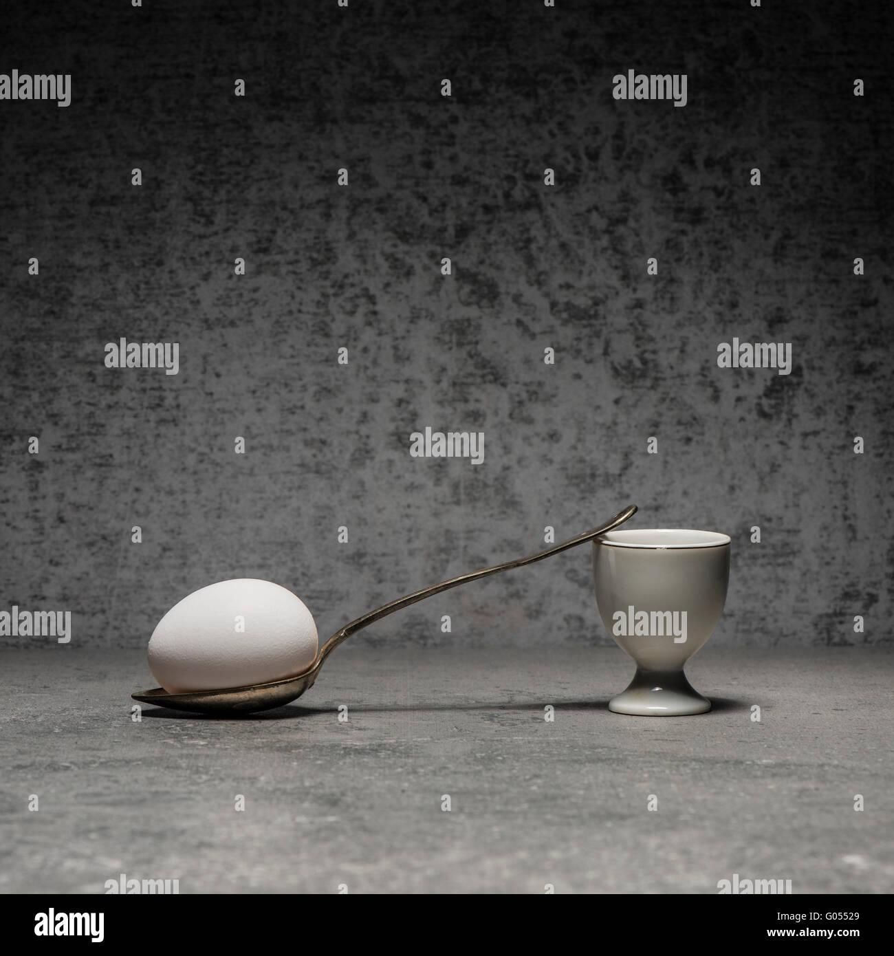 Ei, Eierbecher und Löffel Stillleben. Konzeptbild mit Einfachheit und Kopie. Frühstück Mahlzeit am Stockbild