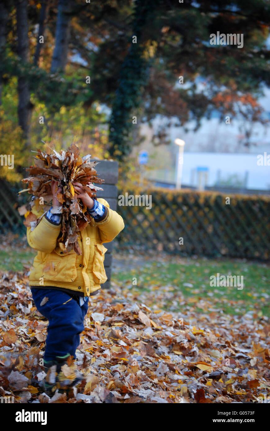 Ein Kind im Herbst Stockbild