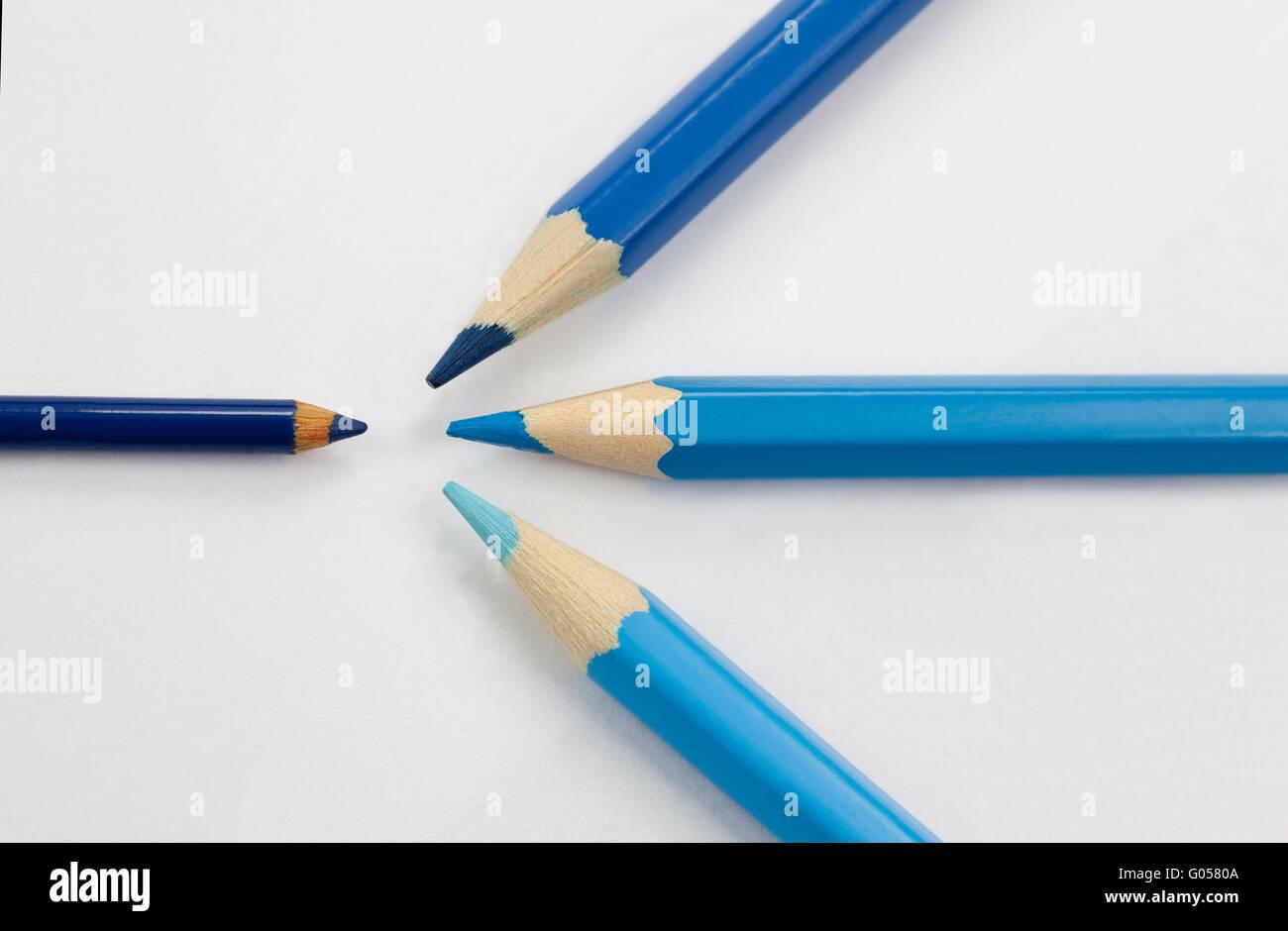 Blaue Stifte Angriff auf kleinen blauen Stift Stockbild
