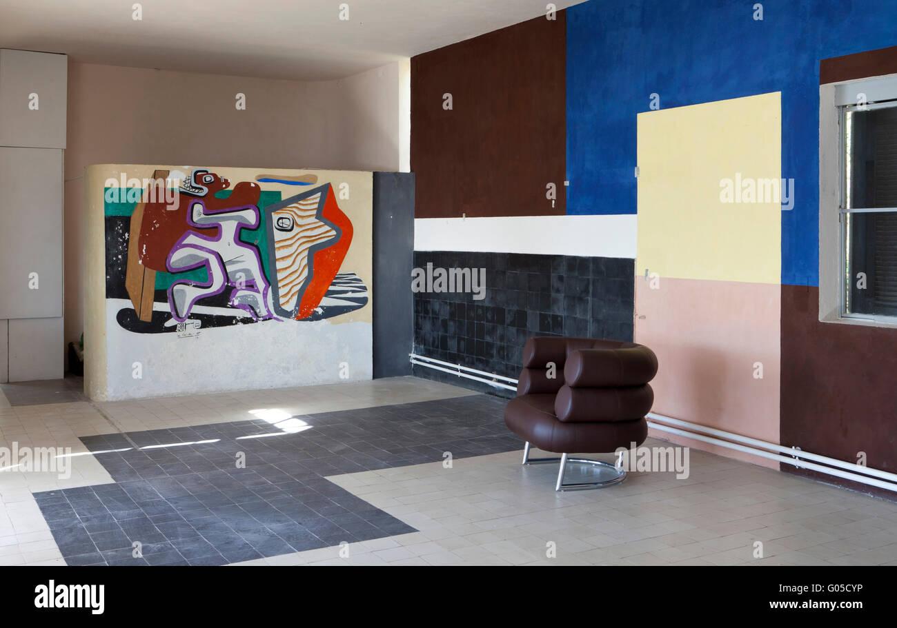 Interieur mit Eileen Gray Stuhl und Le Corbusier Wandbild. Eileen ...