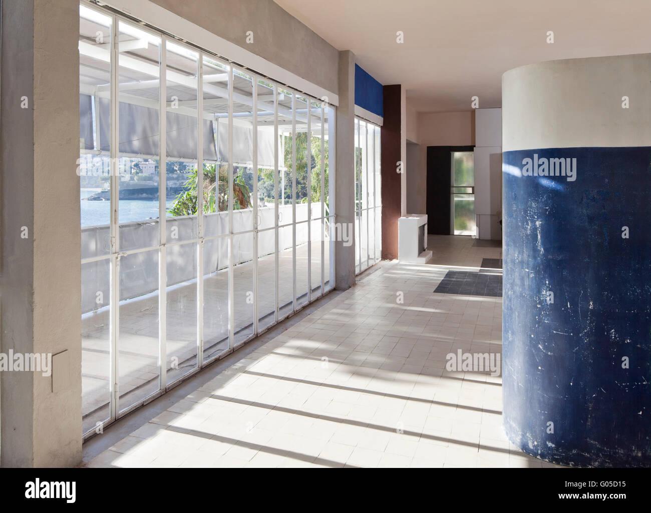 Betonrahmen Interieur mit großen Fenestration. Eileen Grays Haus e ...