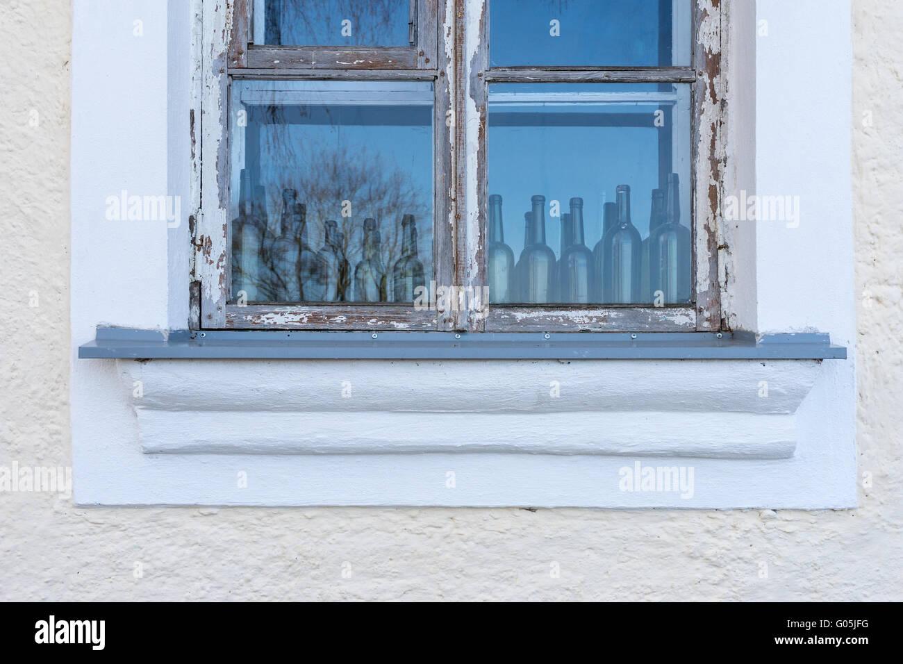 Alte Fenster Mit Leeren Flaschen Innen Vintage Deko Konzept