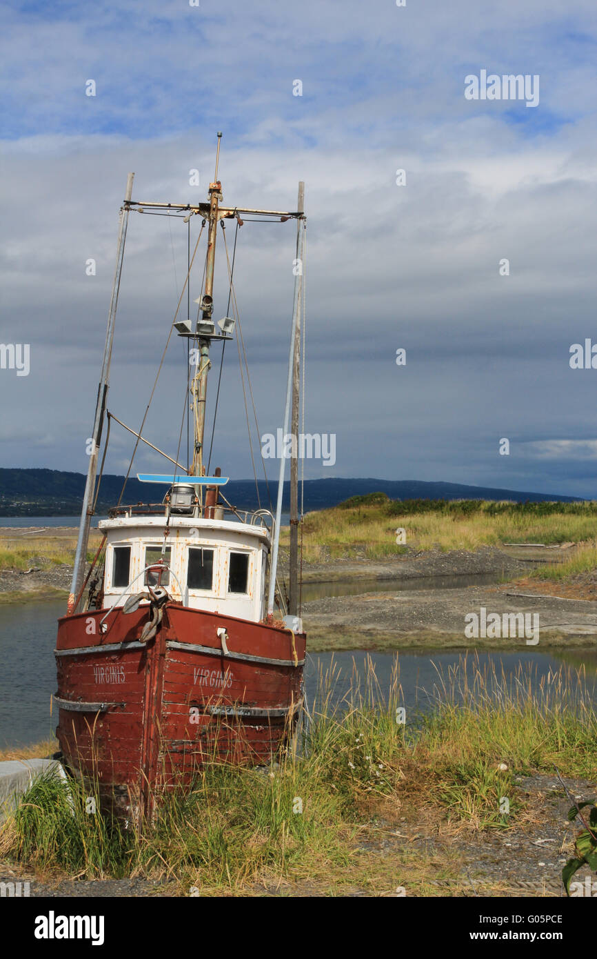 Gestrandete altes Fischerboot in Alaska Stockbild