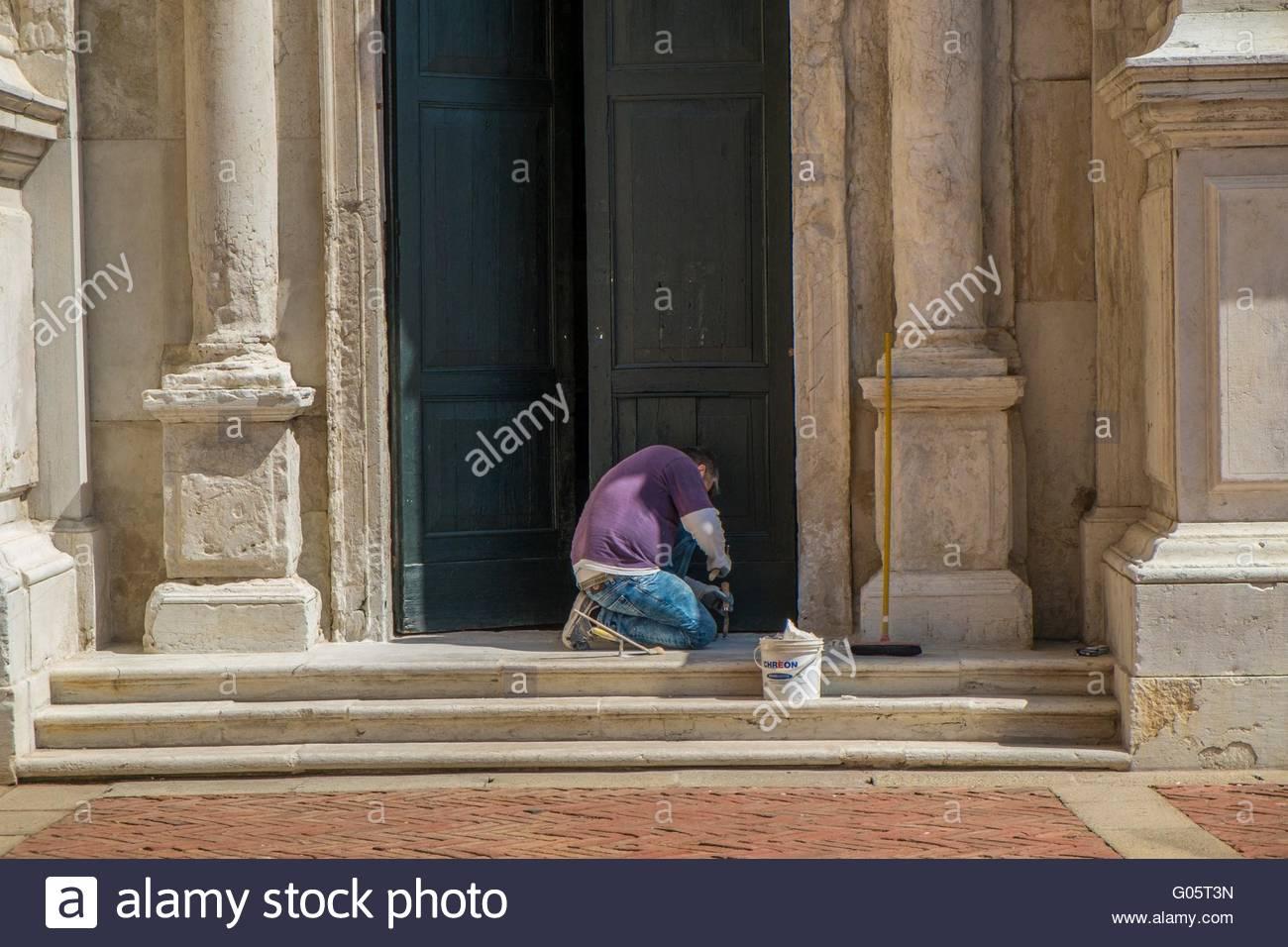 Restaurierungsarbeiten am kirchlichen Tür, Venedig, Italien, April Stockbild