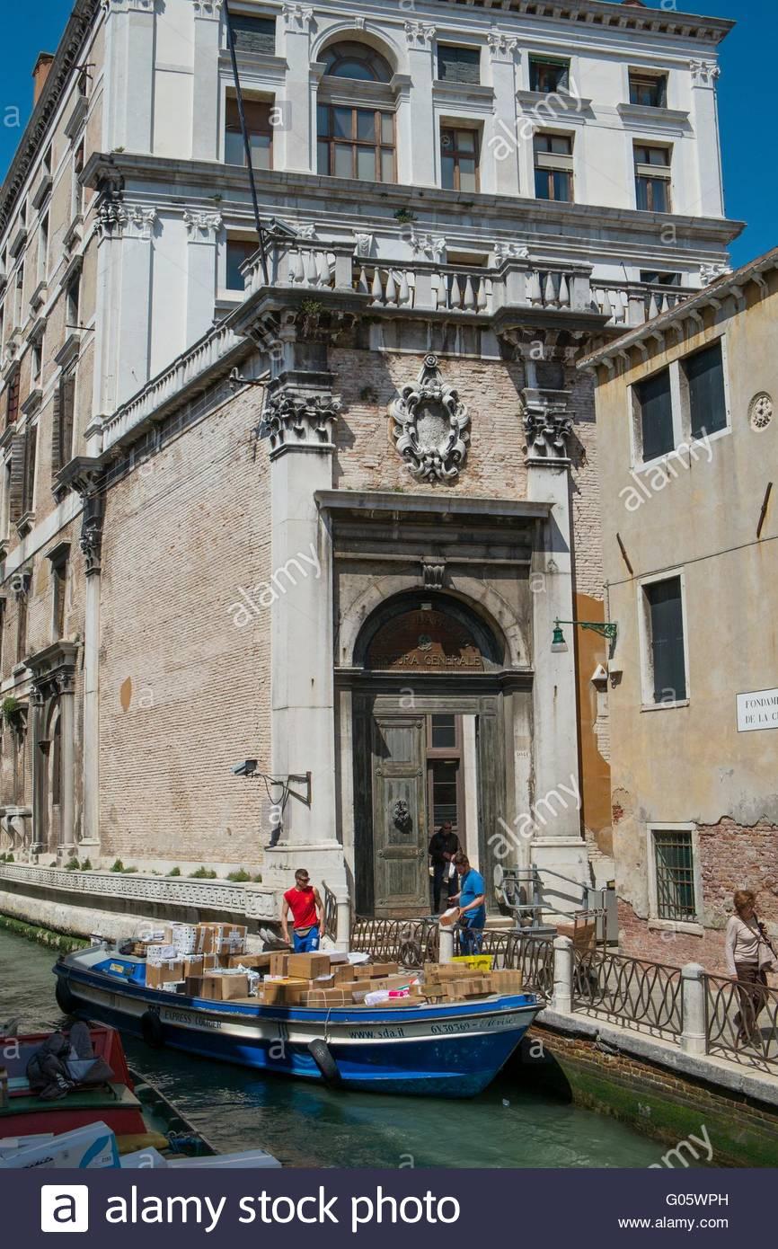 Lieferung barge entladen Parzellen, Hotoel Venedig, Italien, April Stockbild