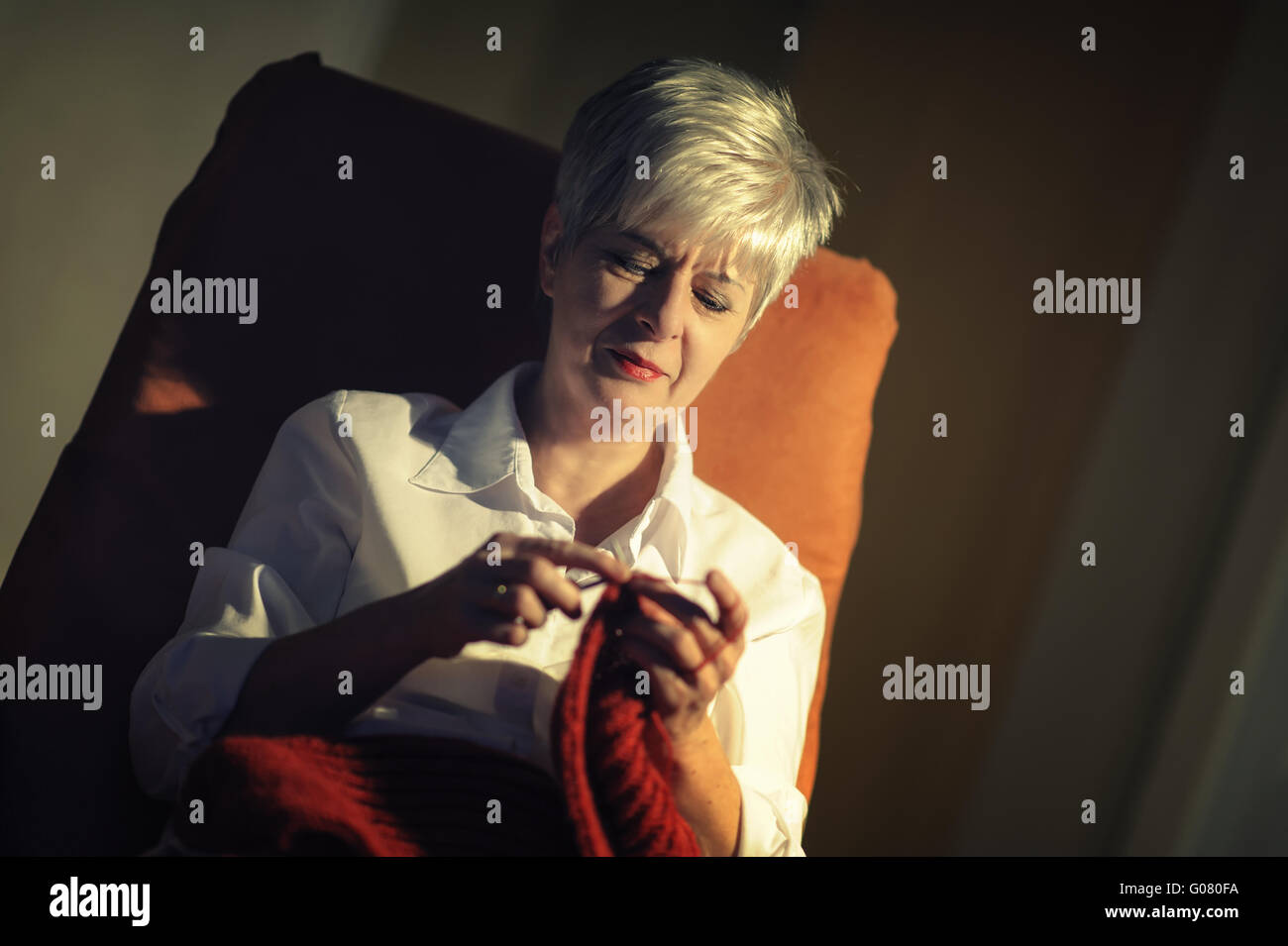 woman sitting in chair knitting stockfotos woman sitting in chair knitting bilder alamy. Black Bedroom Furniture Sets. Home Design Ideas